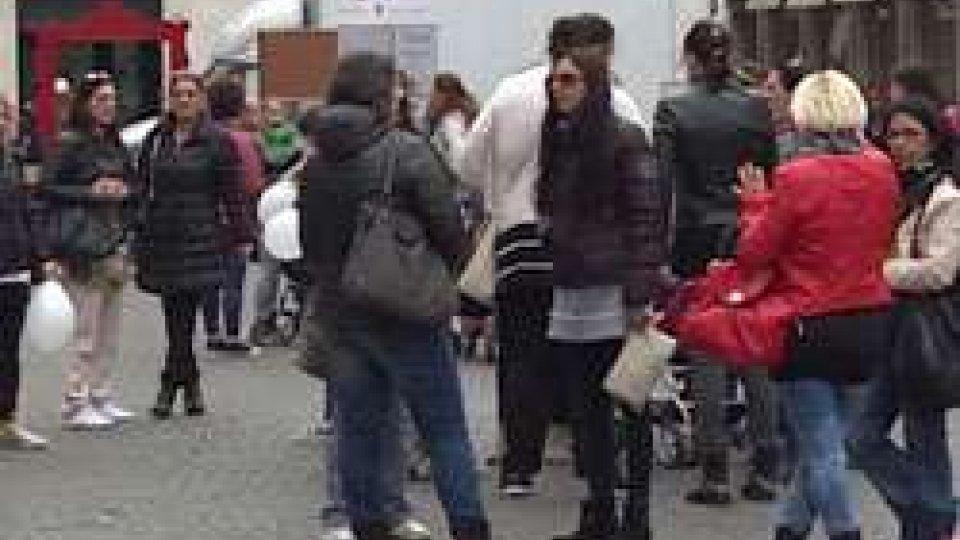 """""""Giù le mani dai bambini"""", il sit delle mamme in Piazza Cavour dopo l'arresto della maestra"""