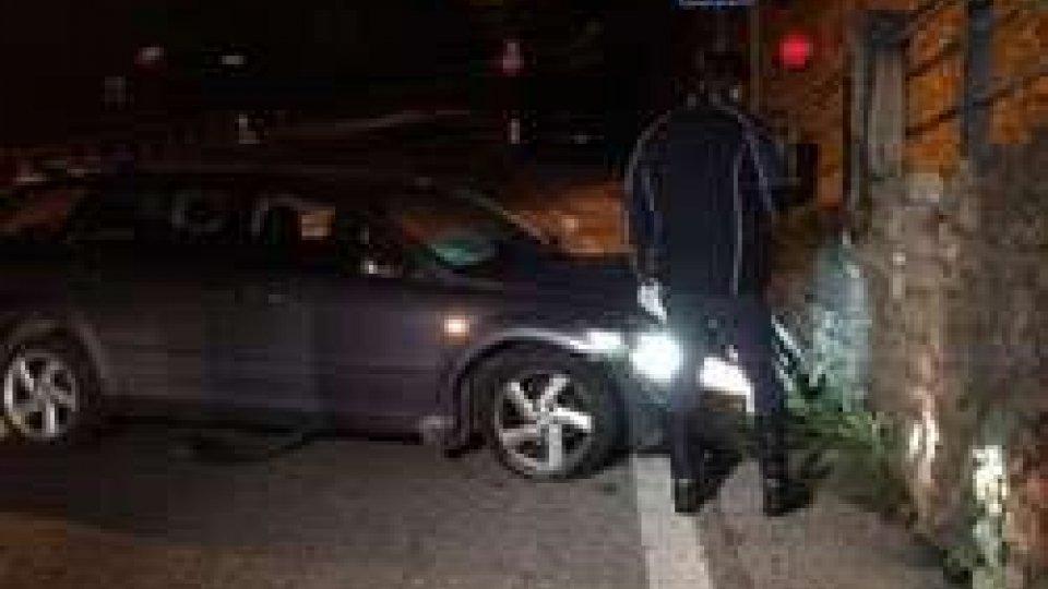 Incidente stradale in via Bonaparte: uomo si scontra da solo con un muro