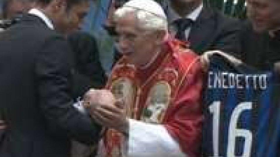 L'Inter e il Milan consegnano le proprie maglie al Papa