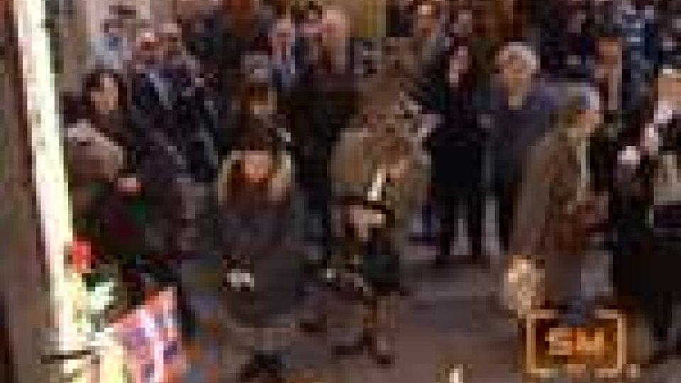 Dalla: oggi la salma arriverà a Bologna. Domenica il funeraleBologna si raccoglie davanti alla casa di Lucio Dalla. La salma è nella sua città