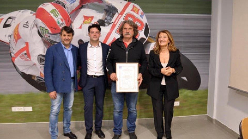 La consegna del diploma a Paolo Simoncelli