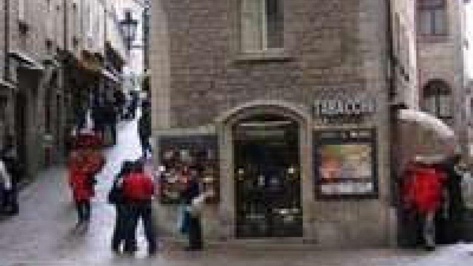 Truffa un commerciante del centro storico: denunciata a piede libero dai Gendarmi