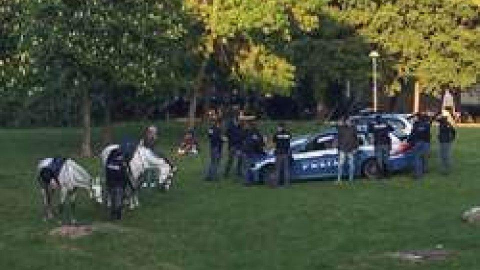 Pattuglia della polizia a cavallo arresta spacciatore