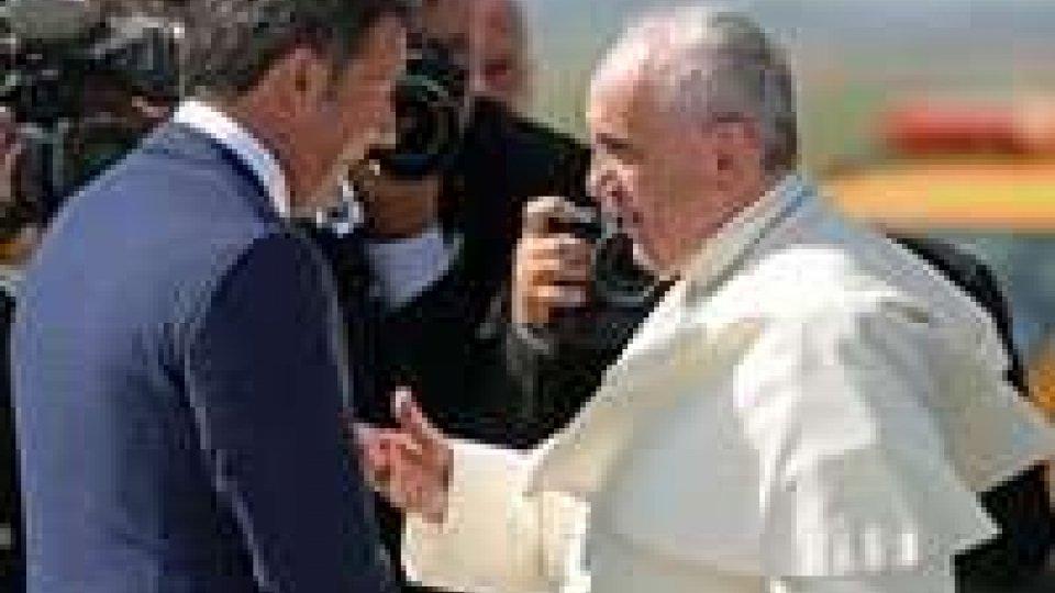 Renzi dal Papa con moglie e figli, sorrisi e strette di mano