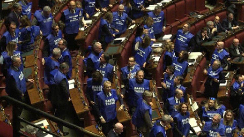 La protestaManovra: seduta sospesa per deputati di FI con pettorine 'Basta tasse'