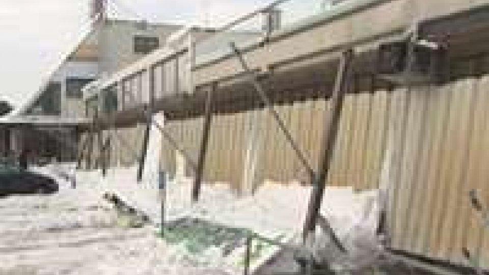 A Cerasolo Ausa è crollata la tettoia esterna di un centro commerciale