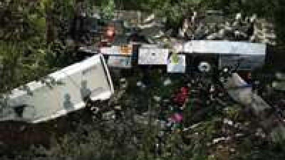 Bus in scarpata: ultimo bilancio 38 morti e 10 feriti