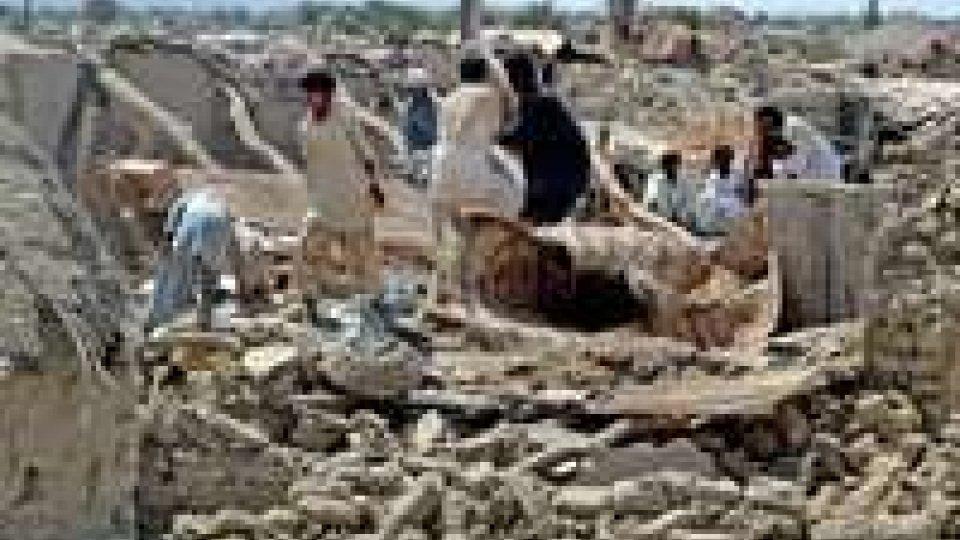 Aumentano le vittime del sisma, almeno 350 le persone morte sotto le macerie.