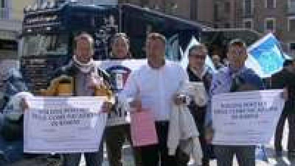 Rimini: sindacati di Polizia in protesta contro i tagli di AlfanoRimini: sindacati di Polizia in protesta contro i tagli di Alfano