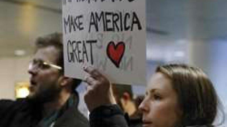 """Usa, montano le proteste contro il """"bando"""" di Trump, durissima denuncia Onu"""