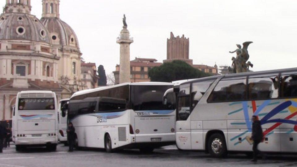 I bus turistici paralizzano il centro di RomaI bus turistici paralizzano il centro di Roma