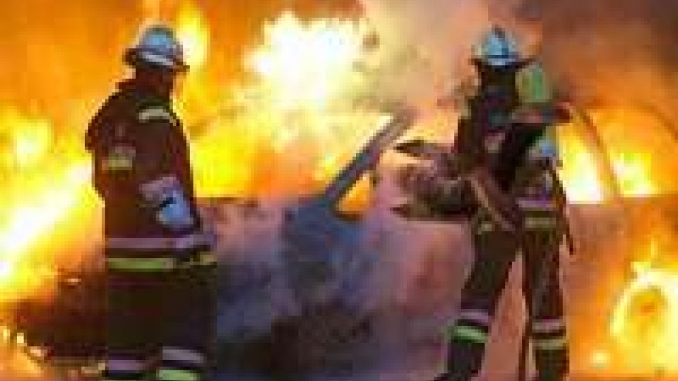 Varie auto distrutte in due incendi dolosi notturni a Modena