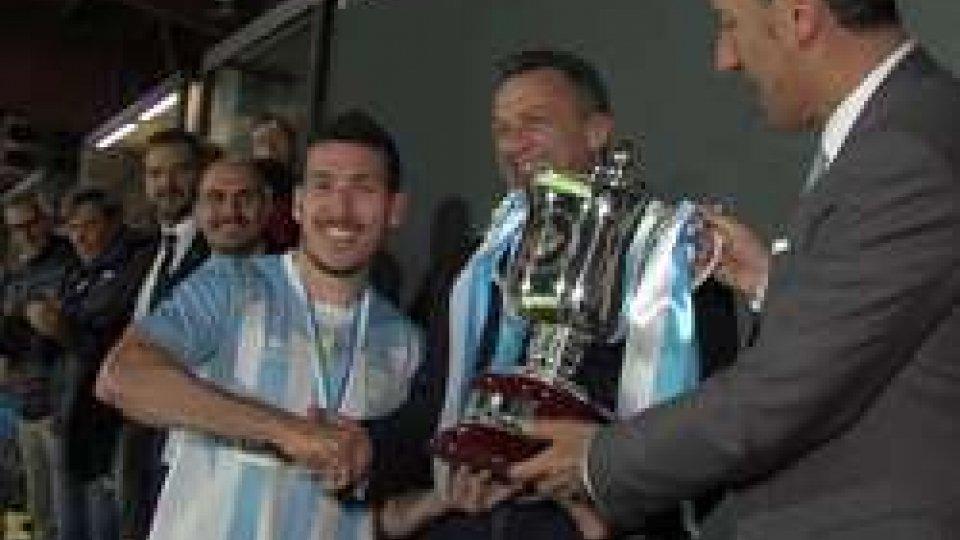 Alex Gasperoni riceve la Coppa TitanoCoppa Titano: Tre Penne mette la sesta