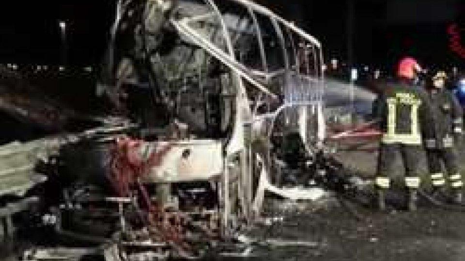 La fase di spegnimento dell'autobusSchianto a Verona Est, in fiamme autobus con ragazzi. 16 morti, nel video le immagini della tragedia