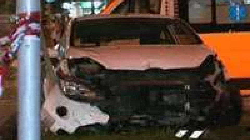 Rimini. Auto perde il controllo contro tre mezzi: 5 feriti, due graviRimini. Auto perde il controllo contro tre mezzi: 5 feriti, due gravi