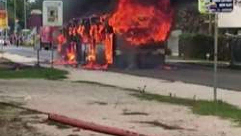 autobus in fiammeAutobus di linea in fiamme: salvi autista e passeggeri