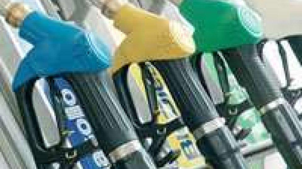 Lieve calo del prezzo della benzina