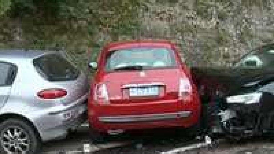 San Marino: auto sbanda e urta alcuni mezzi parcheggiati