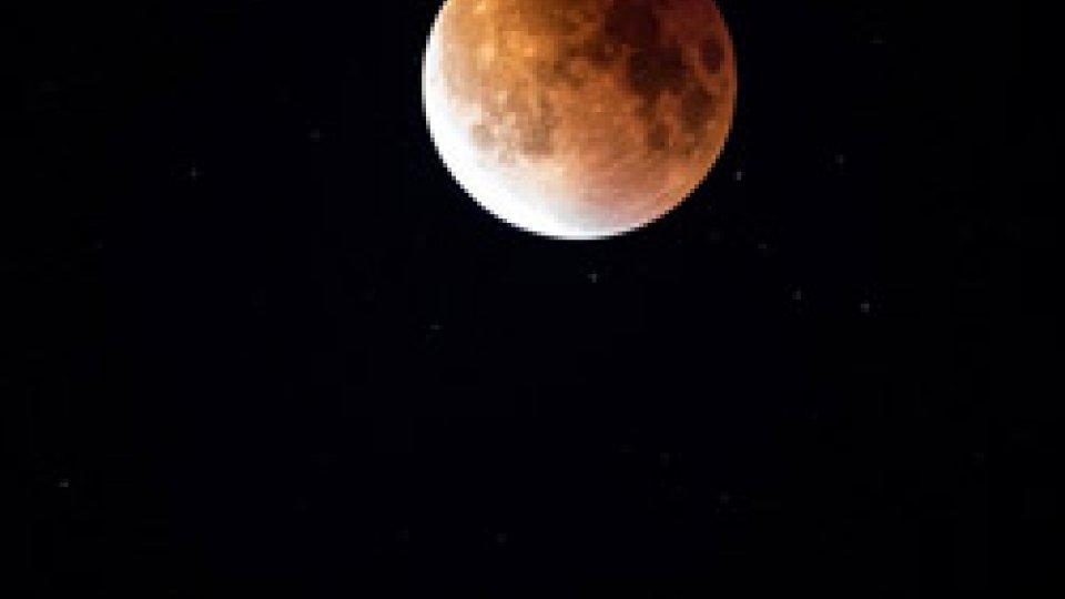 Tutti col naso all'insù, aspettando l'eclissi di Luna più lunga del secolo