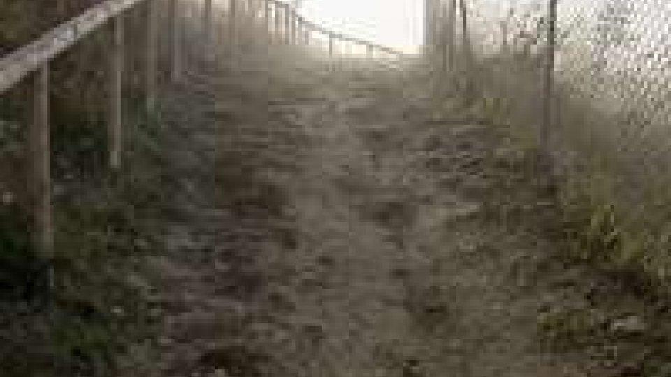 Alle medie di Fonte dell'Ovo un sentiero complica le uscite di sicurezza in caso di emergenzaAlle medie di Fonte dell'Ovo un sentiero complica le uscite di sicurezza in caso di emergenza