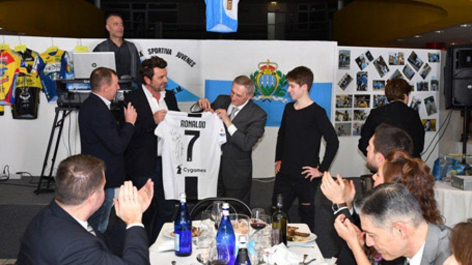 """La consegna della maglia di CR7Michael Antonelli: consegnata a mamma Marina la maglia ufficiale autografata da  Cristiano Ronaldo con la scritta """"Para Michael"""""""