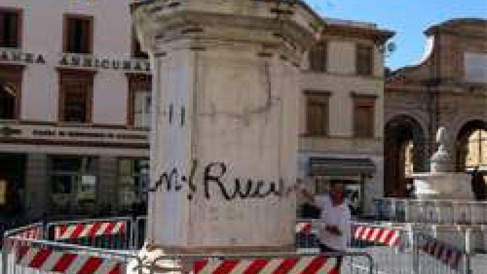 Scritta vandalica sul basamento della statua di Paolo V: in serata la conclusione dei lavori di ripulitura