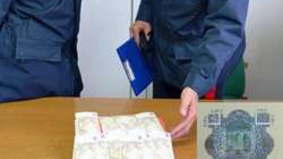 I Carabinieri mostrano le banconote false