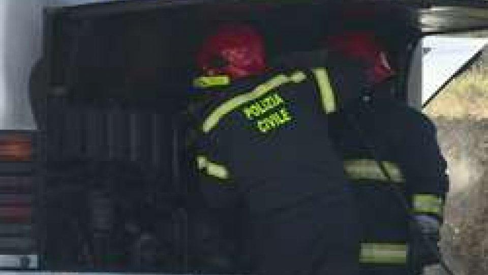 L'intervento della Polizia CivilePullman in panne a Domagnano: fiamme nel motore [IMMAGINI]
