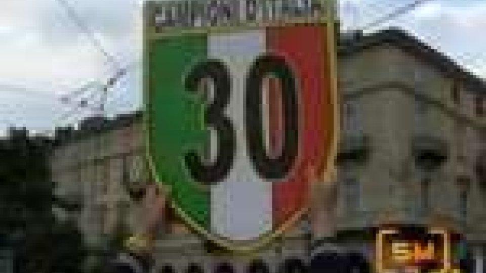 Juventus tricolore. Ieri sera Torino ha festeggiato. Bagno di folla per squadra e Del PieroJuventus tricolore. Ieri sera Torino ha festeggiato. Bagno di folla per squadra e Del Piero