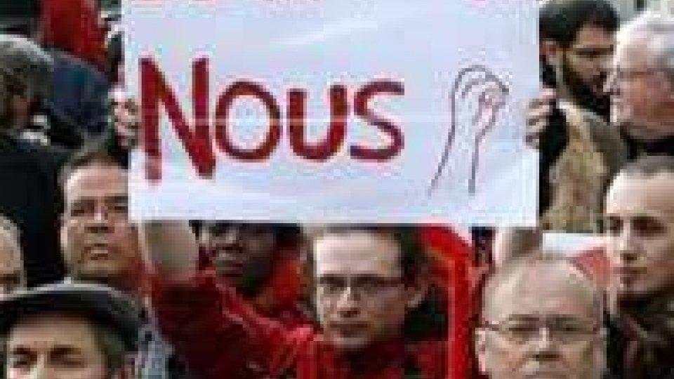 Parigi: la gauche in piazza contro austerità