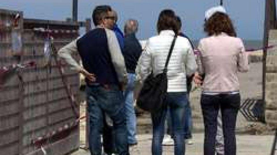 Amici e parenti delle vittime del naufragioBarca su scogli: la dinamica dal Comandante della Capitaneria di Porto, la voce del fotoreporter testimone del disastro