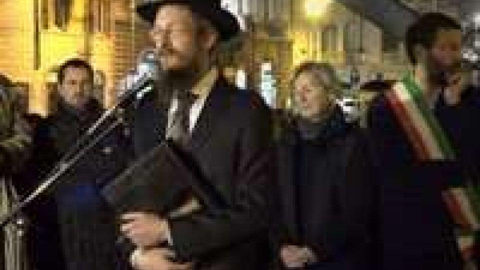 In piazza Barberini a Roma la comunità ebraica ha celebrato la festa di Hanukkà accendendo le luci del candelabroIn piazza Barberini a Roma la comunità ebraica ha celebrato la festa di Hanukkà accendendo le luci del candelabro