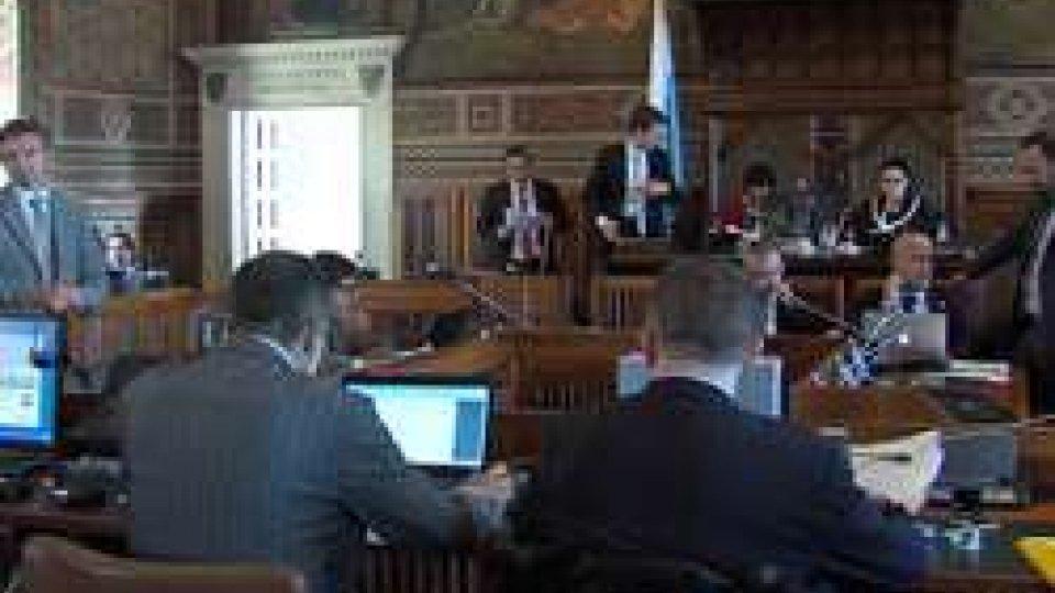 Consiglio: anticipati i decreti sulle banche; bocciato odg del Pdcs che chiede di ritirarliConsiglio: anticipati i decreti sulle banche; Dim esce dall'Aula