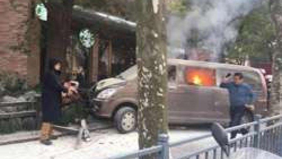 Minivan in fiamme