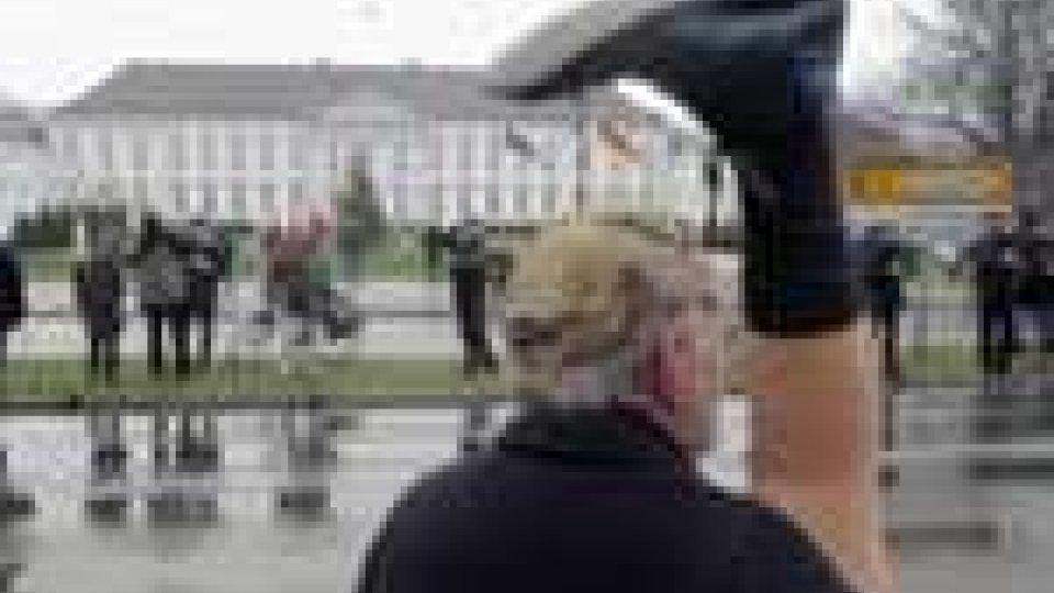Germania, proteste con le scarpe in mano contro il presidente Wulff