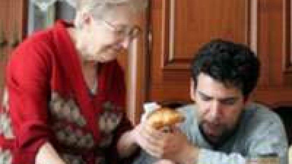 Sempre più giovani a casa, 2 su 3 vivono con i genitori