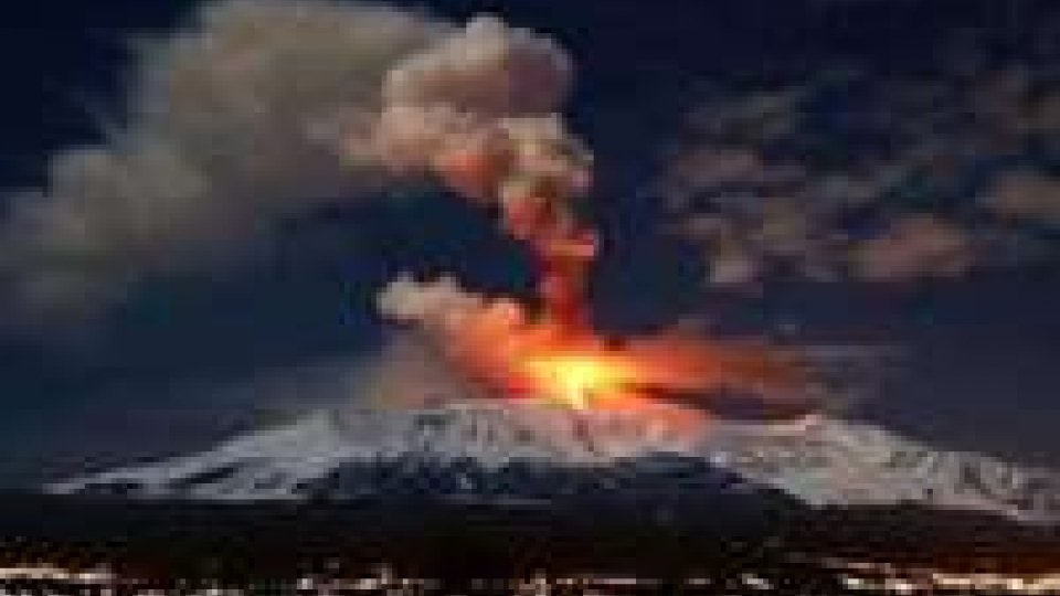Etna: continua attività stromboliana, chiuso aeroporto Catania
