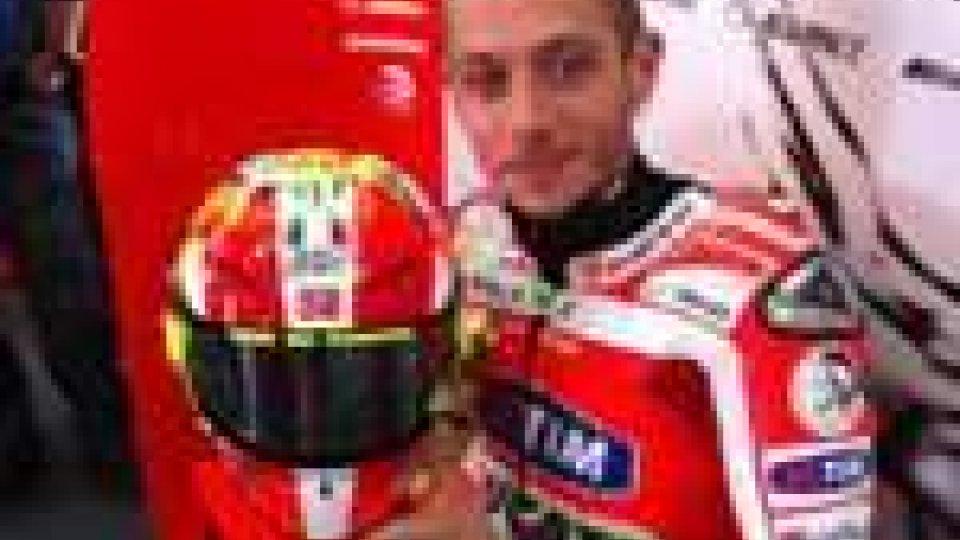 Motomondiale - Valentino Rossi con il casco omaggio all'amico Marco Simoncelli