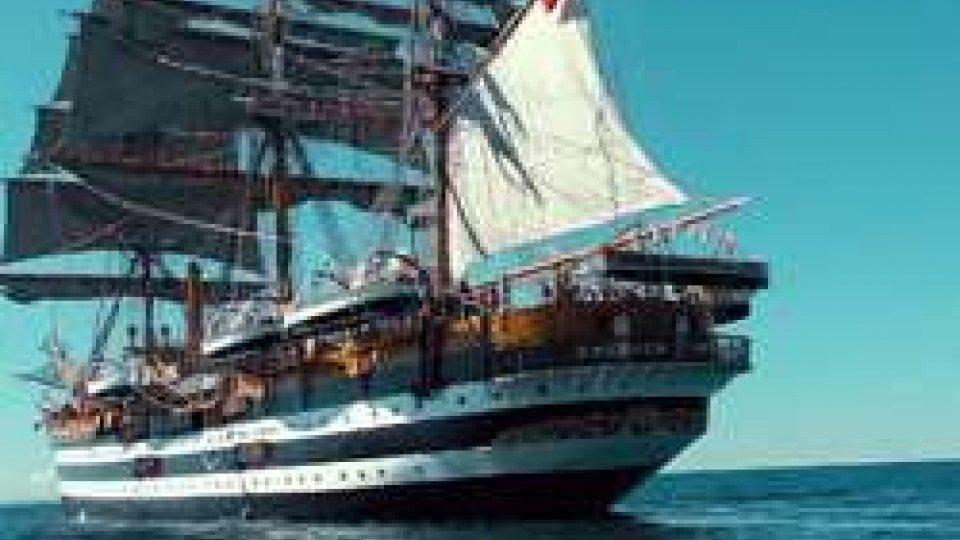 Amerigo VespucciParte l'avventura dell'Amerigo Vespucci da La Spezia