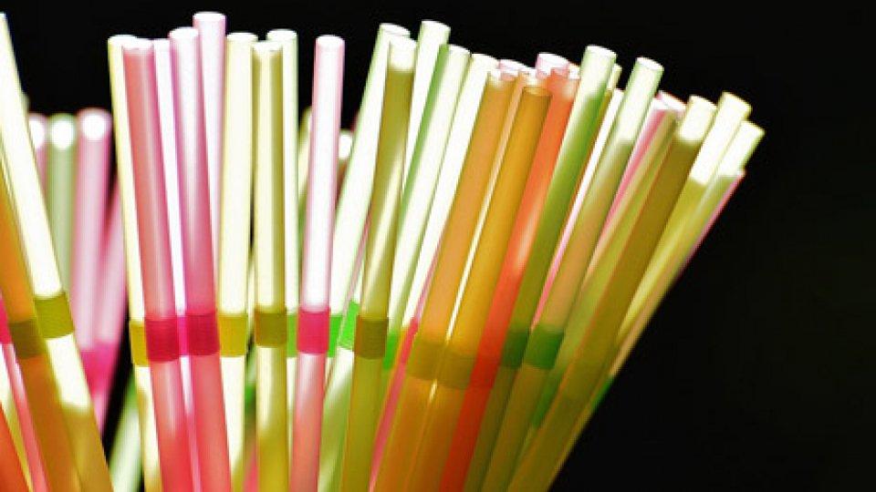 Anche le cannucce di plastica saranno proibite dal 2021