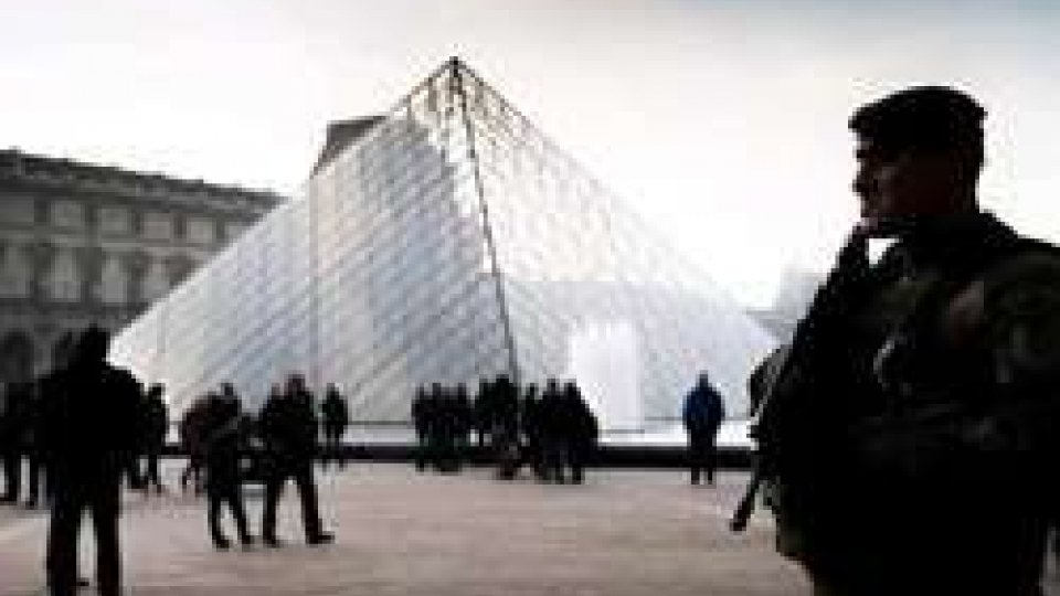 Il Louvre transennato
