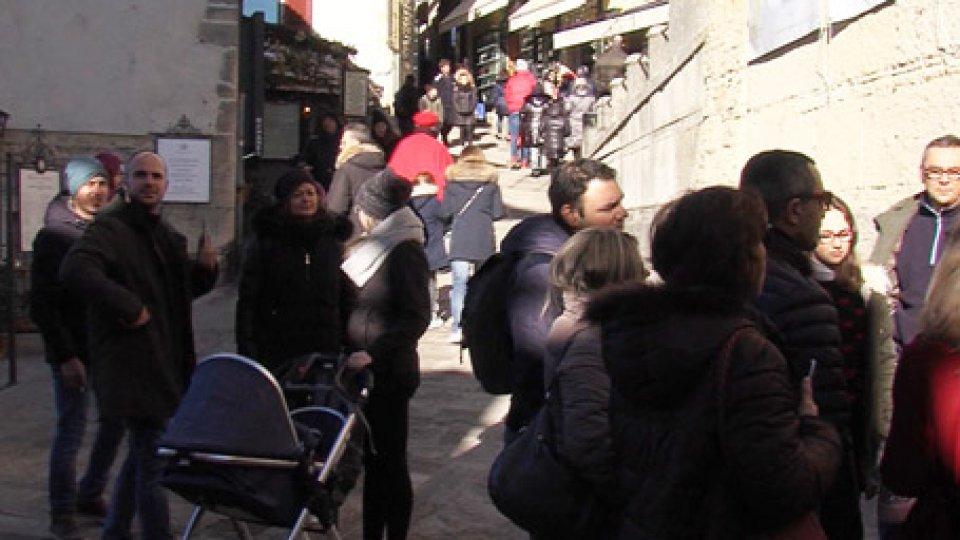 Turisti in centro storicoBollettino statistica: diminuiscono i turisti nel periodo estivo, aumentano in quello natalizio