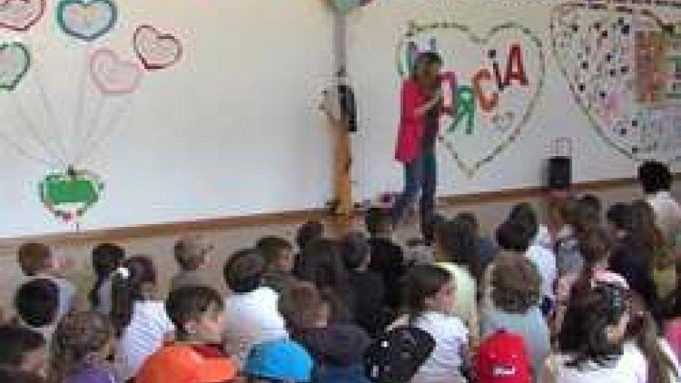 Lo spettacolo a scuolaAmicizia e solidarietà: canti e giochi a Cailungo per festeggiare i bambini di Norcia in gita sul Titano