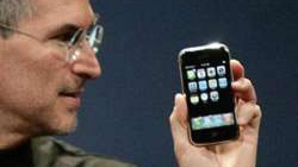 SteveJobs presentava il primo modello di iPhoneBuon compleanno iPhone, la tecnologia che risponde al tatto