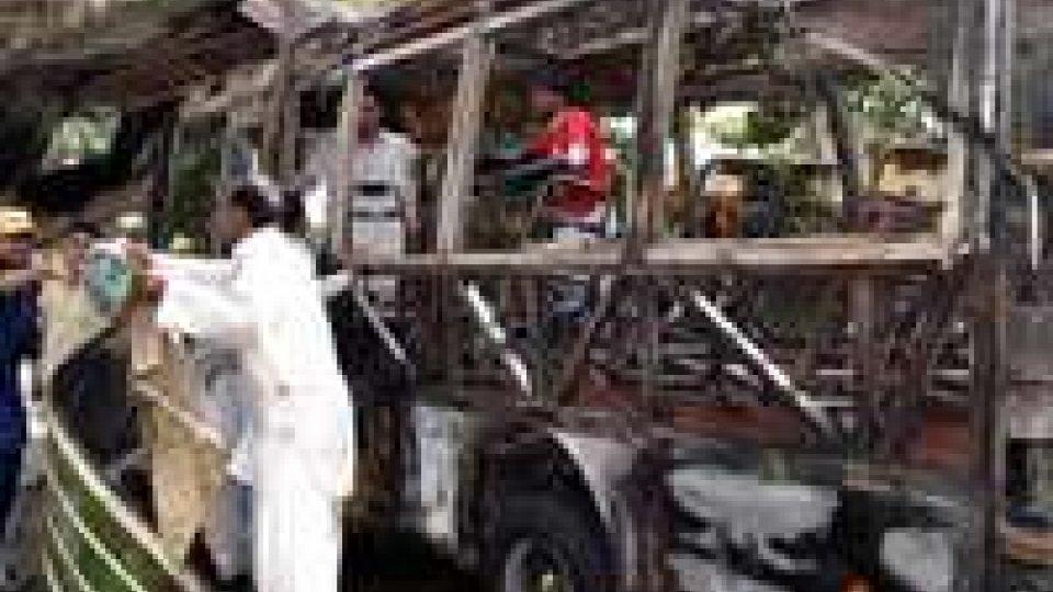 Pakistan: esplosione su autobus nel nord-ovest, almeno 16 morti
