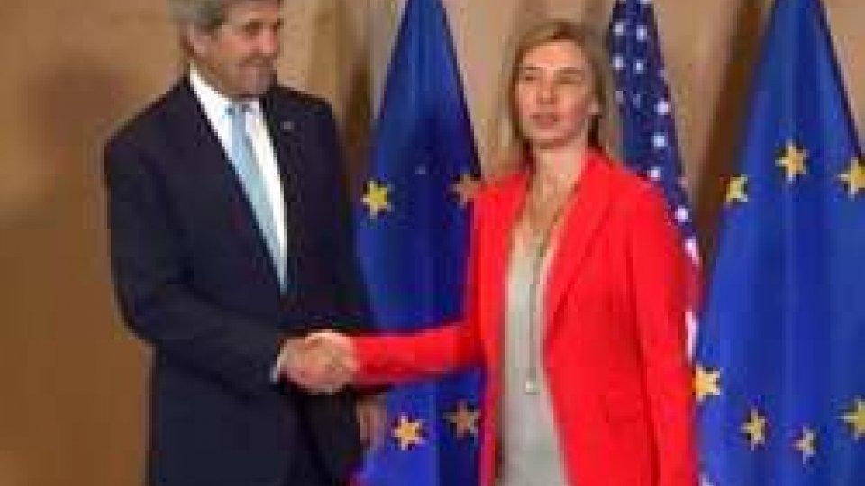 """John Kerry e Federica MogheriniBruxelles, vertice ministri Esteri Ue. Mogherini sulla Turchia: """"Rispettare lo stato di diritto"""""""