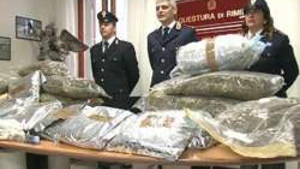 Le sostanze stupefacenti sequestrateMaxi sequestro di stupefacenti della Polizia di Rimini. In manette due albanesi