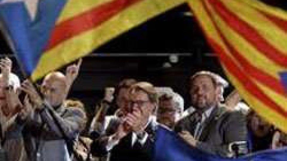 Catalogna, vittoria parziale per i secessionisti: a loro la metà dei seggi ma non dei voti