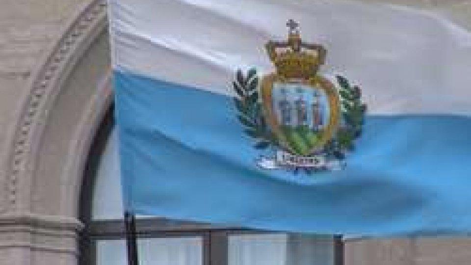 Bandiera sammarinese davanti a Palazzo PubblicoFMI: l'economia del Titano sotto la lente degli esperti di Washington