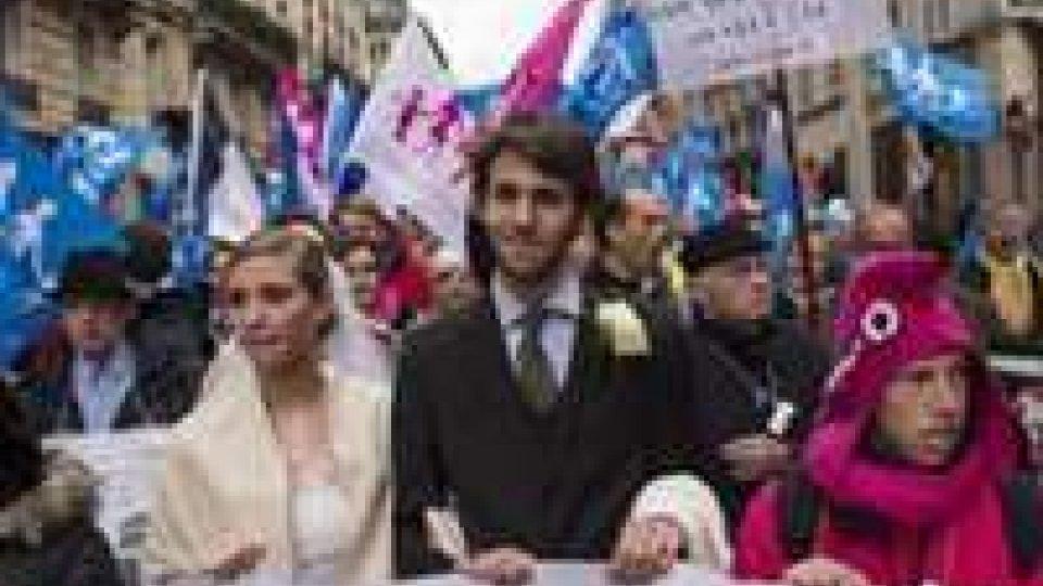 Sì della Francia a matrimoni e adozioni gay